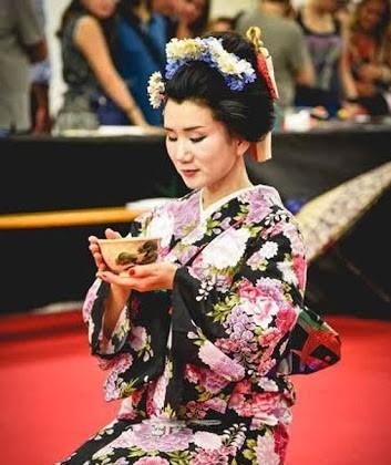 Donna orientale intenta a compiere il rito del té